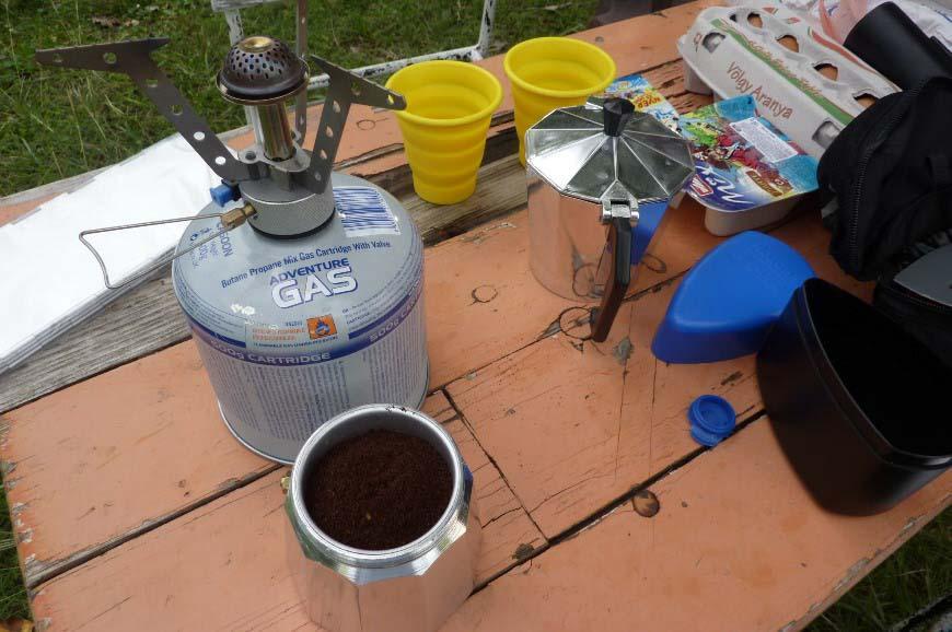 Kofiii i przygotowywanie śniadania.
