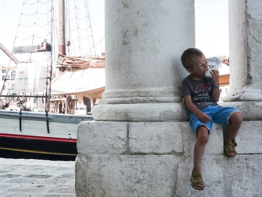 Wenecja - Kris wcina bułę